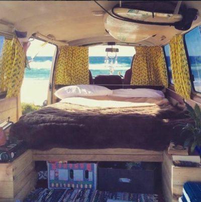 aménagement d'un lit banquette dans un van