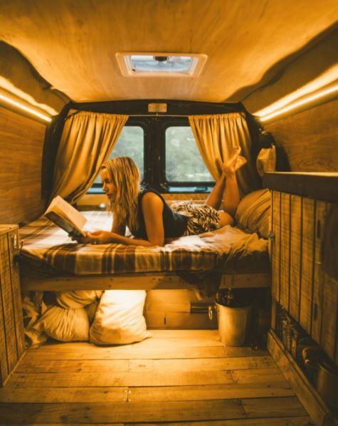aménagement d'un lit transversal dans un van