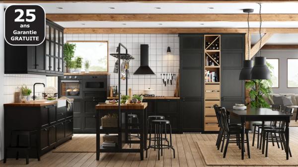 Cuisine noire et en bois IKEA