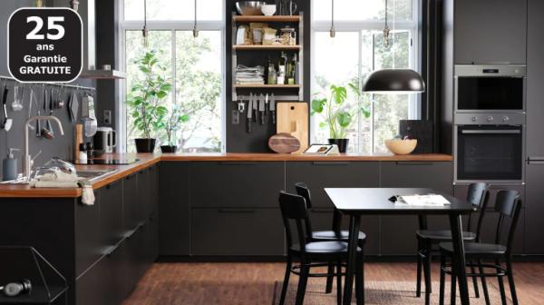 petite cuisine noire et en bois IKEA