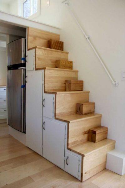 rangement sous escalier dans une tiny house