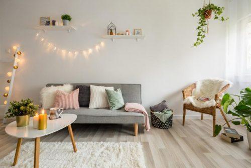 decoration guirlande lumineuse au dessus du canapé