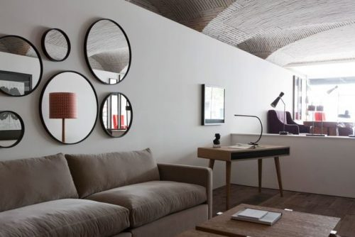 Décoration miroir au dessus du canapé