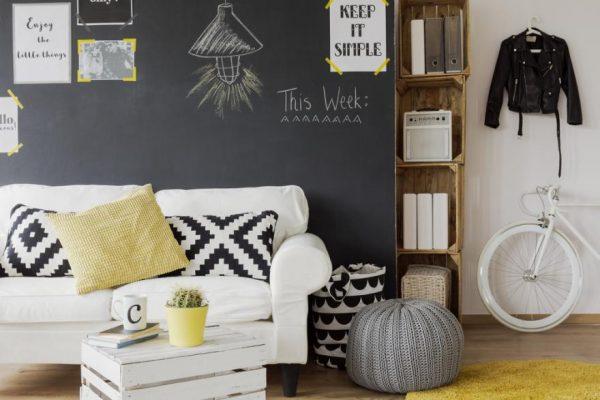 décoration mur ardoise au dessus d'un canapé