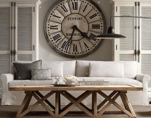 Décoration horloge au dessus des canapés