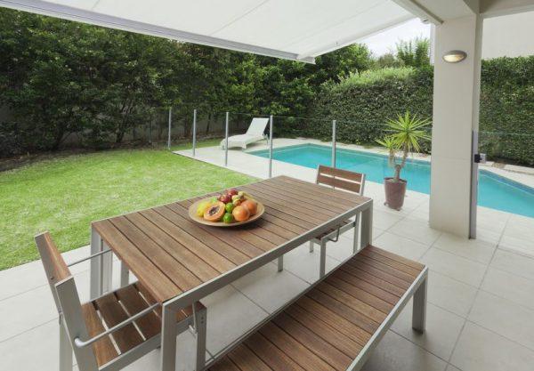 Aménager une terrasse près d'une piscine