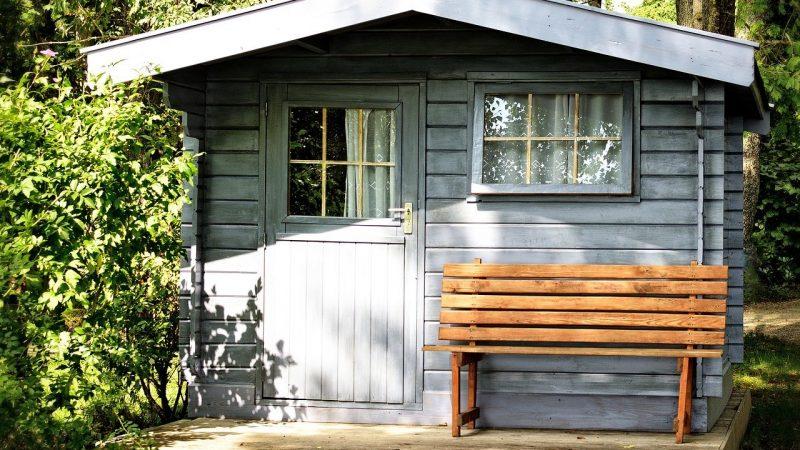 Protéger le bas d'un abri de jardin